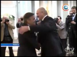 Internationella ishockeyförbundets ordförande René Fasel kramar Lukasjenka framför statliga massmediers kameror.